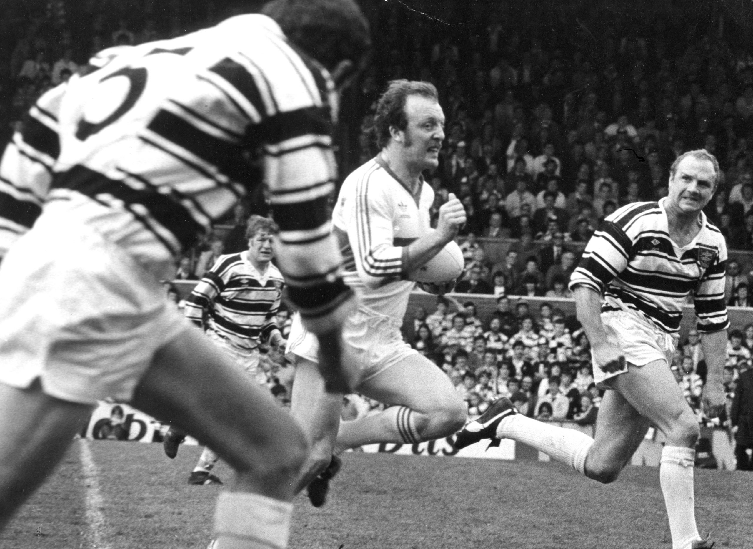 Hartley bursting through the Hull FC defence in the 1981 Premiership Final